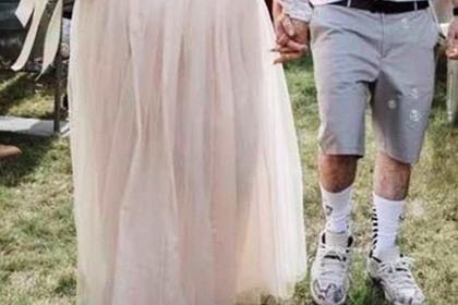 Неуместный костюм жениха на свадьбе насмешил пользователей сети