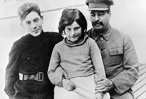 Иосиф Сталин с детьми Светланой и Василием