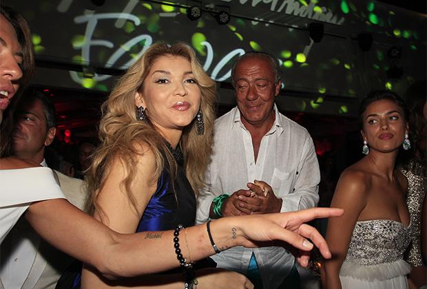 Гульнара Каримова, основатель и президент ювелирного дома De Grisogono Фаваз Груози и модель Ирина Шейк (слева направо) в Billionaire Club на Сардинии. 2012 год.
