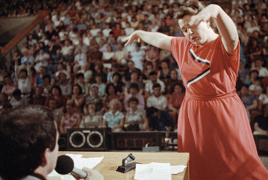 Женщина танцует на сцене во время лечебного сеанса Анатолия Кашпировского. Киев, 1989 год