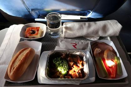 Бывшая стюардесса раскрыла секрет правильного питания на борту