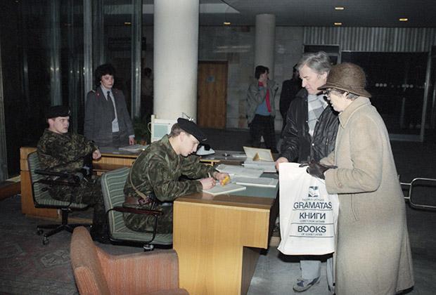 Бойцы ОМОНа проверяют документы на входе в Дом печати