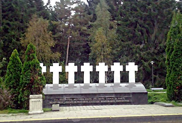 Памятник семи литовским должностным лицам в Мядининкае, убитым 31 июля 1991 года