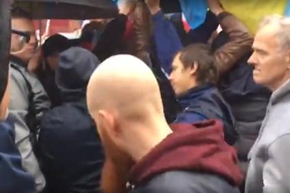 На митинге в центре Москвы сорвали флаг Украины