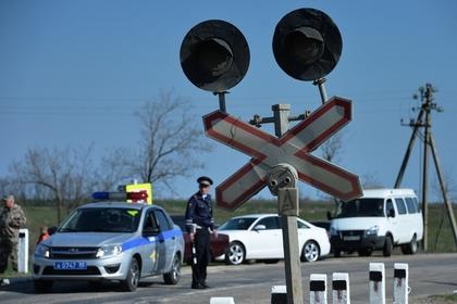 Поезд протаранил застрявший на путях автомобиль с людьми