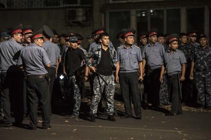 Милиция Киргии во время столкновений со сторонниками Атамбаева