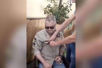 На Украине мужчине порезали одежду из-за российской символики