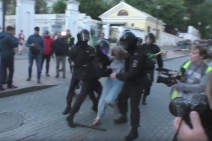Стали известны подробности жесткого задержания девушки на митинге в Москве