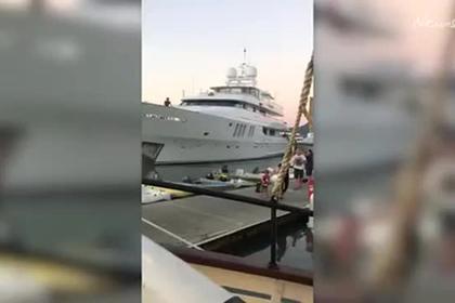 Суперъяхта врезалась в причал с людьми и сорвала туристам ужин