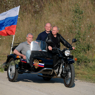 Владимир Путин катает Михаила Развожаева на мотоцикле