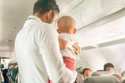 Сердобольный бортпроводник успокоил младенца в самолете