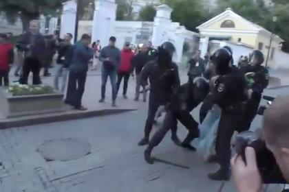 Полиция начала проверку жесткого задержания девушки на митинге в Москве