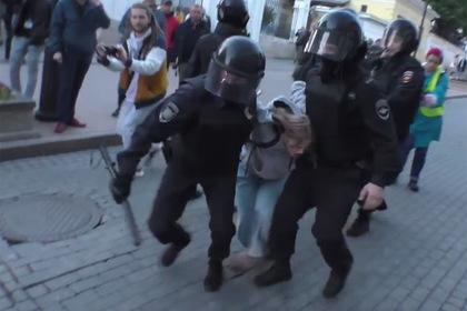 Избитой полицейским на митинге россиянке предрекли обязательные работы