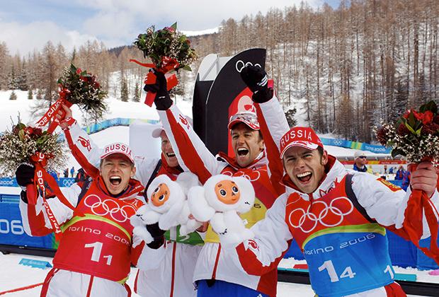 Российские биатлонисты Иван Черезов, Сергей Чепиков, Павел Ростовцев и Николай Круглов (слева направо), завоевавшие серебряную медаль в эстафетной гонке (4х7,5 км) на XX зимней Олимпиаде.