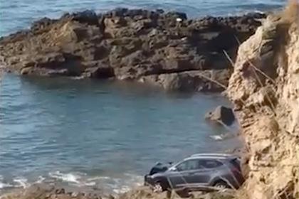 Женщина на машине сорвалась со скалы в море и выплыла на берег