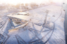 Проект канатной дороги в Благовещенске — настоящая жемчужина в портфолио UNStudio. Это первая в мире канатка, соединяющая между собой два государства. В основе концепции внешнего облика дороги — образ замерзшей реки, и выбран он неслучайно: в холодное время года сообщение между двумя берегами ведется прямо по поверхности Амура. <br> <br> Это еще и самый масштабный «подвесной» проект голландцев — каждая кабина рассчитана на 60 человек и, как планируется, ежедневно канатная дорога сможет перевозить до семи тысяч пассажиров.