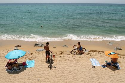 Улетевший зонт проткнул мальчика на пляже