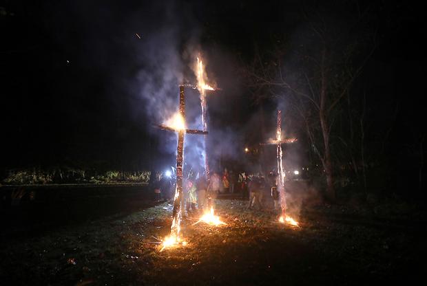 Организация Loyal White Knights («Верные белые рыцари») — одна из крупнейших в США. Они исповедуют традиционные взгляды ККК, дополняя их элементами нацистской идеологии: ненависть к евреям, мусульманам и гомосексуалам. Без сжигания крестов не обходится ни одно крупное собрание.