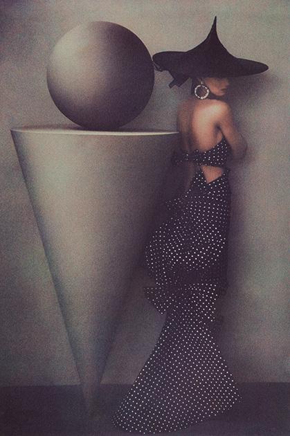 Верность собственному стилю и структурный, фундаментальный подход к медиуму фотографии не мешали Мецнер реализовываться в самых разных жанрах и форматах: от портретов звезд вроде Умы Турман до снимков ее мужа и дочерей, от рекламных фотоисторий для модного глянца до глубоко интимных, камерных натюрмортов и пейзажей.