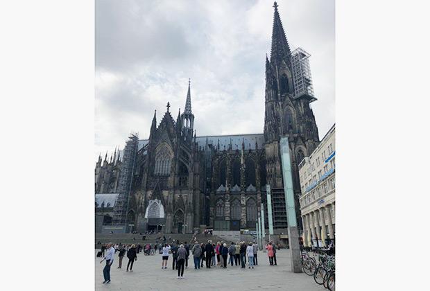 Кельнский собор — первое, что видишь, выйдя с вокзала. Здание поражает масштабами, но по-немецки тяжеловесная архитектура и обилие сомнительных привокзальных личностей не располагают к любованию.