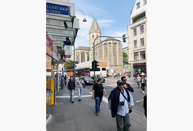 В Кельне много мигрантов, неожиданно много туристов и совершенно не чувствуется пресловутый германских дух. Из города хочется скорее уехать.