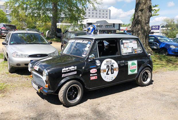 В дни нашего пребывания на современной «Трассе Гран-при» проходили ретро-гонки, поэтому на парковках было много исторической техники. Например, этот Mini Cooper S.