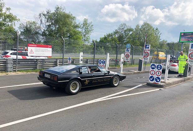 Почти 40-летний возраст этого Lotus Esprit, как у Роджера Мура в двух фильмах о Джеймсе Бонде, не помеха серии быстрых кругов.