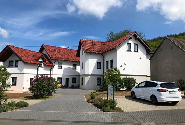 Этот большой дом рассчитан на прием всего лишь двух семей. Мы втроем заняли весь верхний этаж, отдав за ночь солидные 150 евро. Впрочем, возможно и размещение с подселением за втрое меньшую сумму.