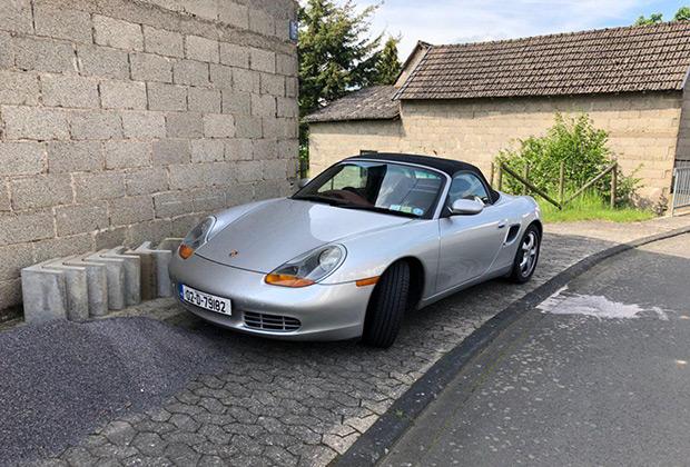 В окрестностях петли можно встретить машины со всей Европы. Наш сосед по гостевому дому пенсионного возраста приехал на своем Porshe Boxster середины 1990-х из Ирландии.