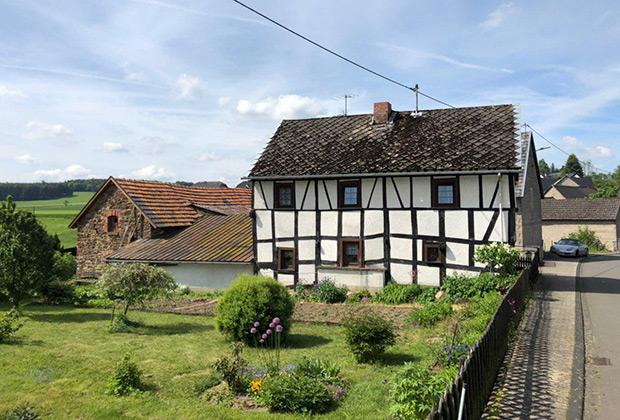 Буквально каждый домик в Херресбахе хотелось сфотографировать. И это еще местная кирха находилась на реставрации!