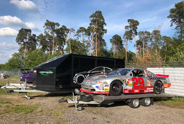 По пути в Штутгарт мы заехали на другую легендарную трассу —Хоккенхаймринг. В ее небольшой музей мы не успели, зато застали за сборами команды европейского NASCAR — старосветского филиала самой популярной гоночной серии Америки.