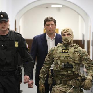 Бывший главный акционер банка «Югра» Алексей Хотин (в центре)