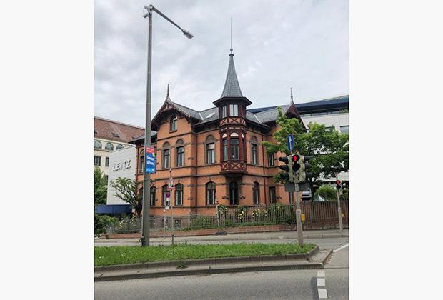 По сравнению с Кельном, Штутгарт кажется куда более симпатичным городом, хотя и он подвергся страшным бомбардировкам в годы войны. Поэтому историческое здание здесь может стоять в окружении современных бетонных коробок.