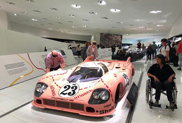 Экспериментальный Porsche 917/20 —обладатель одной из самых культовых ливрей в истории спорта. Красные пунктирные линии делят кузов на участки, названные в соответствии с частями свиной туши. Посетителям-инвалидам предлагают познакомиться с машиной на ощупь.