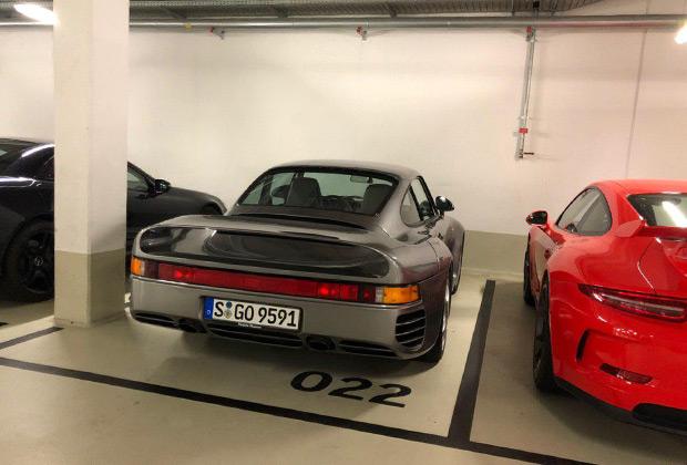 На парковке музея Porsche тоже попадаются настоящие раритеты. Модель 959 считается первым гиперкаром в истории. Всего с 1986 по 1988 год было выпущено 337 купе.