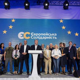 Лидер партии «Европейская солидарность» Петр Порошенко (в центре)