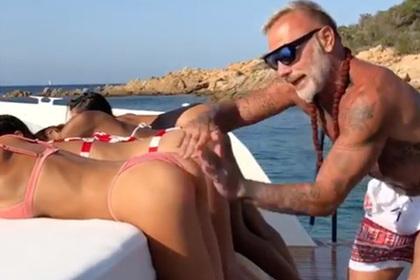 52-летний миллионер отшлепал девушек на видео и подвергся критике