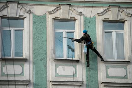 Российский пенсионер перерезал веревки висящим на жилом доме альпинистам
