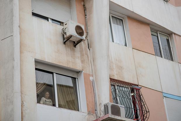 Вести нормальную жизнь с такой болезнью непросто. Пока светит солнце, Фатимазехра Эль-Газауи сидит дома. Чаще всего днем она спит и выходит на улицу лишь после заката. Когда темнеет, девушка гуляет в парках и ходит в кафе.