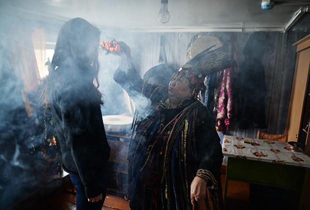 Шаманка Анисья Монгуш проводит обряд