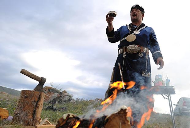 Шаман Виктор Романов проводит обряд в деревне Бугульдейка Иркутской области
