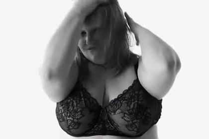 Тучная певица в кружевном нижнем белье стала лицом рекламы модного бренда