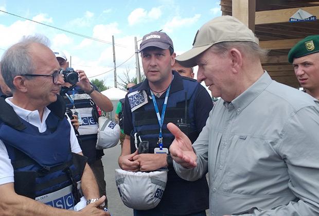 Леонид Кучма беседует с представителями ОБСЕ в Станице Луганской