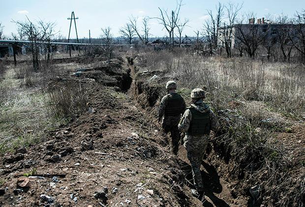 Украинские солдаты в день президентских выборов. Деревня Мариинка неподалеку от Донецка