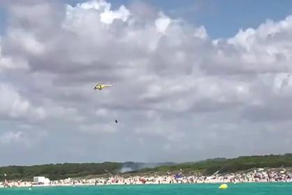 Туристов эвакуировали с пляжа на популярном курорте из-за пожара