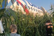 """Московская область. Пассажиры у самолета Airbus A321 авиакомпании """"Уральские авиалинии"""", который совершил аварийную посадку в районе аэропорта Жуковский после возгорания двигателя при взлете."""