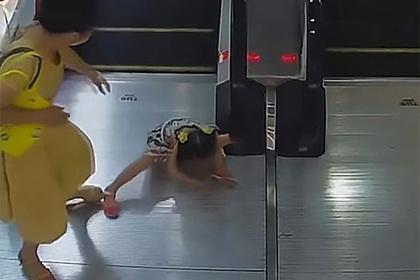 Забывчивую девочку затянуло в эскалатор