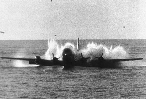 Момент касания воды Boeing 377. Из-за того, что самолет зарылся в воду, команды кораблей, находившихся рядом, посчитали, что на их глазах произошла катастрофа.