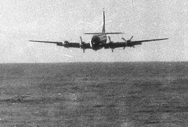 Самолет приводнялся самостоятельно — пилоты выключили двигатели, выпустили закрылки и покинули кабину в надежде увеличить свои шансы на выживание.