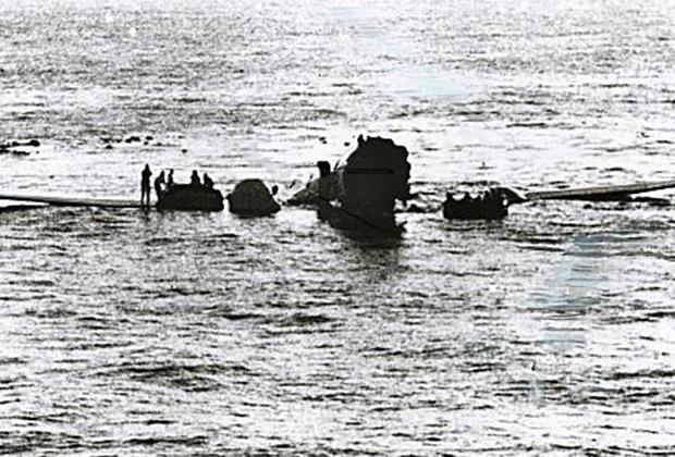 От удара о волны и разворота фюзеляж авиалайнера разорвало на две части. Жертв удалось избежать лишь из-за небольшой скорости приводнения.